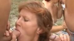 Geile oma`s tijdens brutale buitenseks