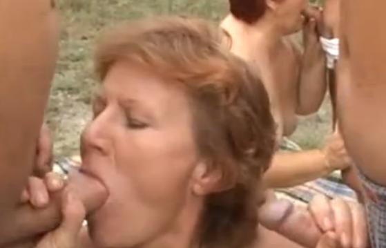 erotiek oma neukt erop los