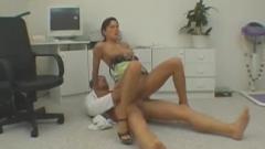 Huisdokter neukt patient op zijn spreekuur.