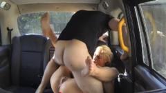 FakeTaxi: Nederlands blondje krijgt seks in taxi