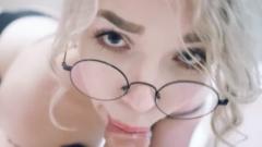 18-jarige blondje is nu al een slet
