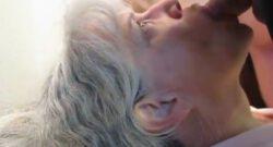 Oma zonder kunstgebit pijpt penis
