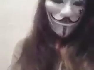 Maskeli kiz memelerini aciyor