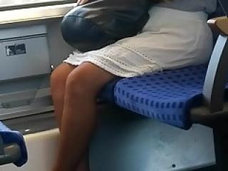 Heisse Beine in der Bahn